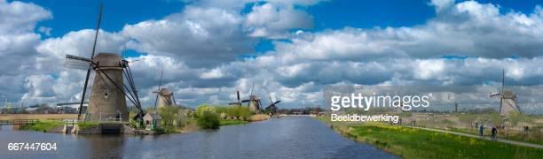 touristen, die windmühlen von kinderdijk anzeigen - den haag stock-fotos und bilder