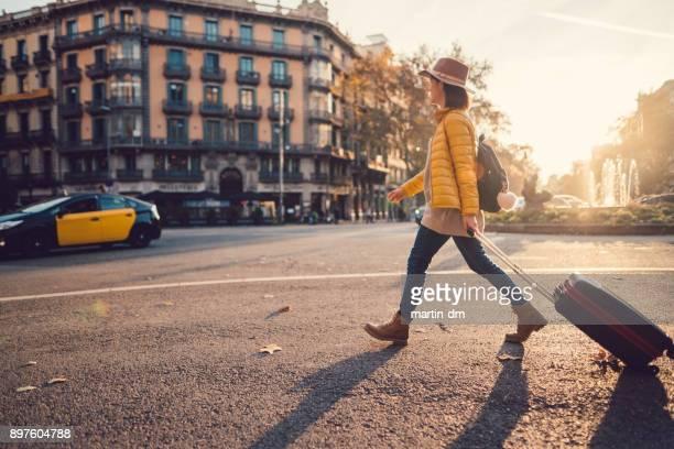 barcelona visita turística - pedestrian crossing fotografías e imágenes de stock