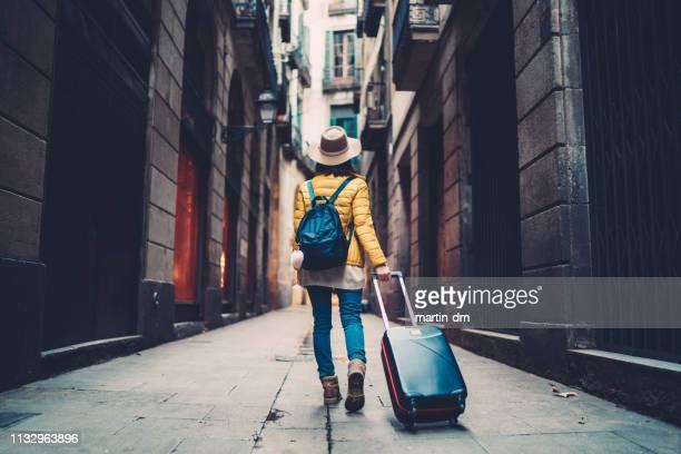 turista visitando españa - journey fotografías e imágenes de stock