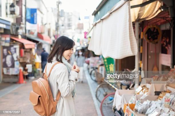 観光スポットの主要な通りを歩く観光客 - ショッピングエリア ストックフォトと画像