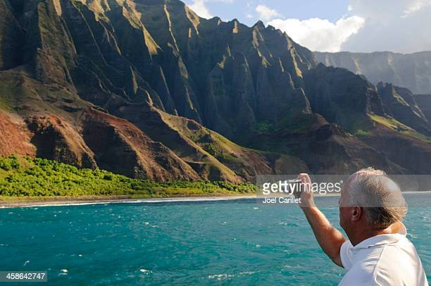 tourist with camera in hawaii's na pali coast - na pali coast stock pictures, royalty-free photos & images
