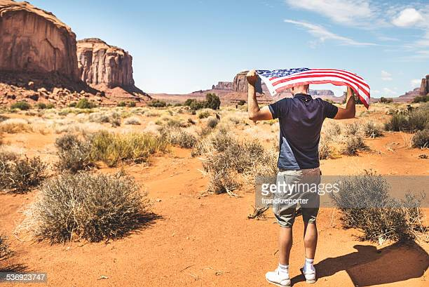 Touristes avec drapeau sur le Monument valley National park