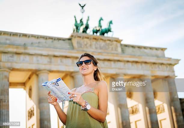 Touristen mit Karte zu Sehenswürdigkeiten in der Nähe des Brandenburger Tors in Berlin