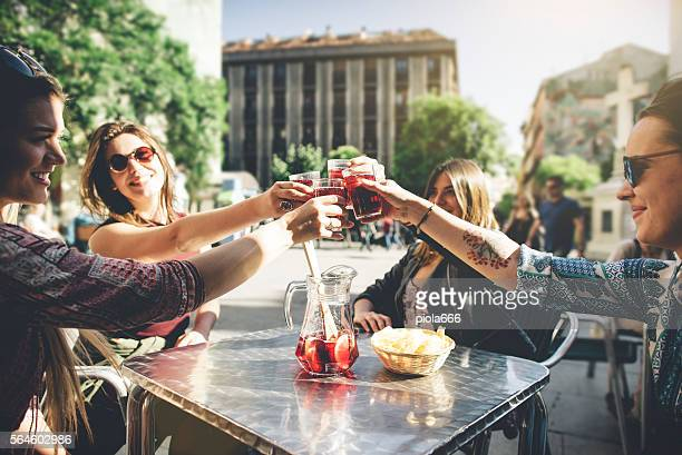 tourist woman drinking cocktails in madrid - madrid stockfoto's en -beelden