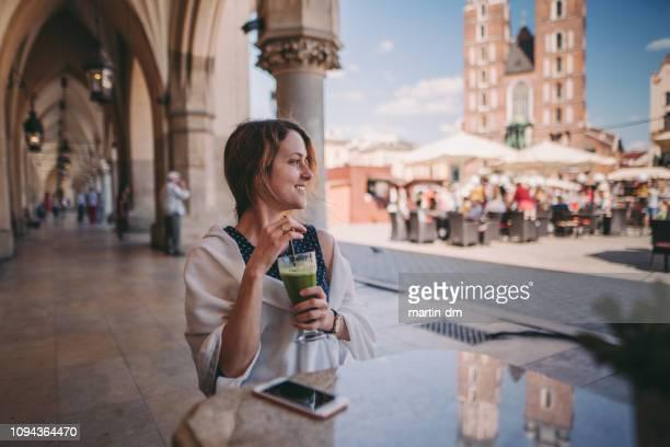 femme de tourisme découverte europe - pologne photos et images de collection