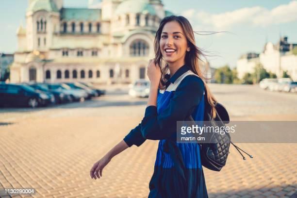 touristischen frau europa erkunden - bulgarien stock-fotos und bilder