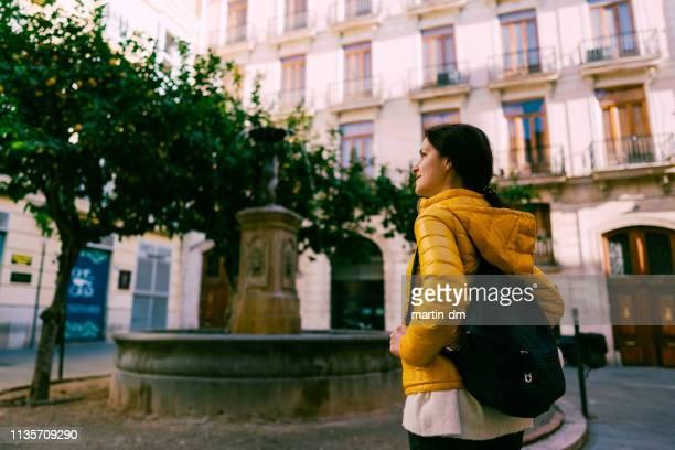 mujer turista explorando valencia - valencia fotografías e imágenes de stock