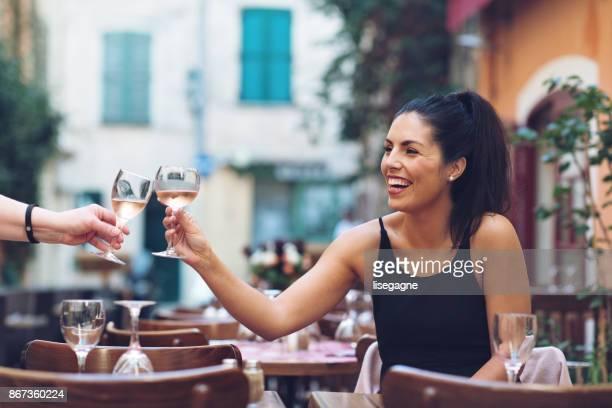 tourist-frau, die eine glasse wein in st-tropez - terrassenfeld stock-fotos und bilder