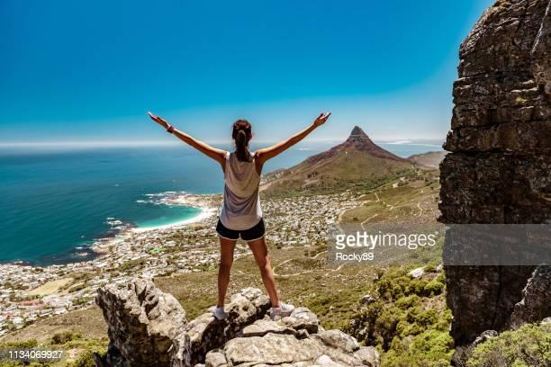 touristenländerin wandert tafelberg mit blick auf löwenkopf, kapstadt, südafrika - republik südafrika stock-fotos und bilder