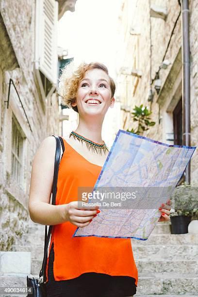 Touriste femme tenant une carte de la ville