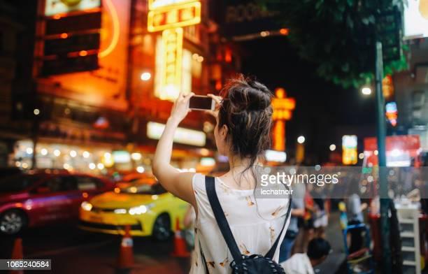 toeristische-vrouw in bangkok's nachts - thailand stockfoto's en -beelden