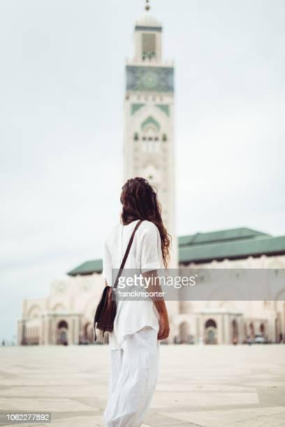 femme touristique à casablanca - maroc - casablanca photos et images de collection