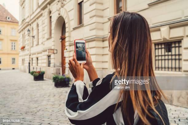 tourist-frau in ungarn fotografieren - fotohandy stock-fotos und bilder