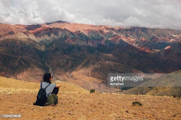 アルゼンチンの山の中で観光客の女性 - サルタ州 ストックフォトと画像