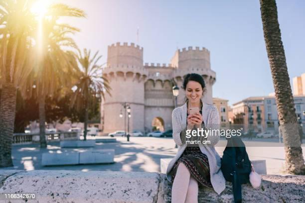 mujer turista en valencia - valencia fotografías e imágenes de stock