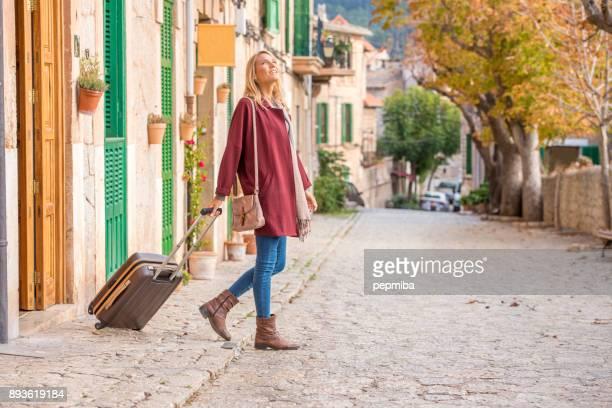 Toeristische vrouw verlaten van haar bed & breakfast
