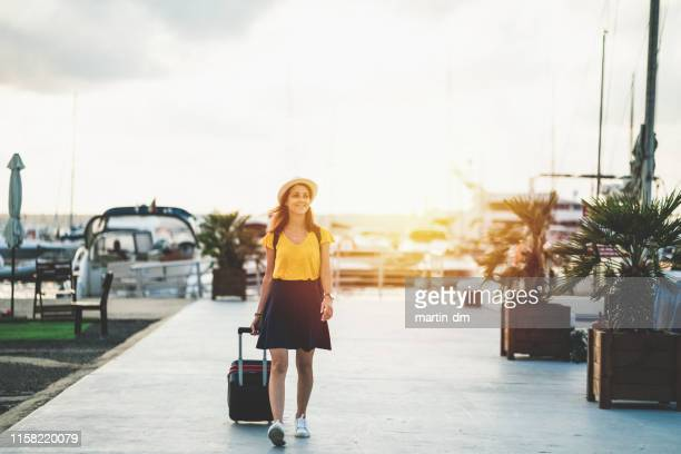 touristin auf dem yachthafen bereit für kreuzfahrt - quayside stock-fotos und bilder