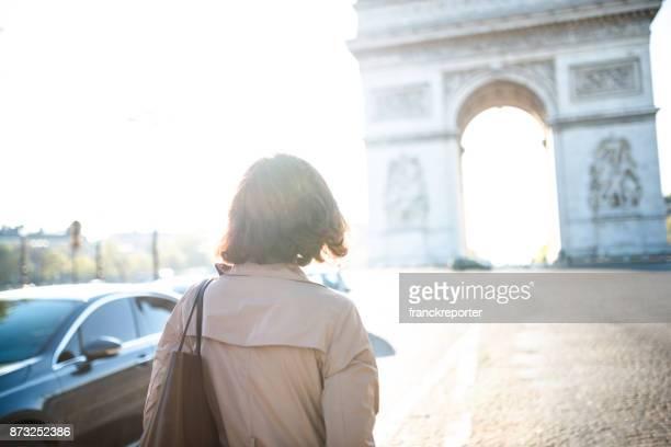 パリの観光客女性の肖像画 - パリ凱旋門 ストックフォトと画像