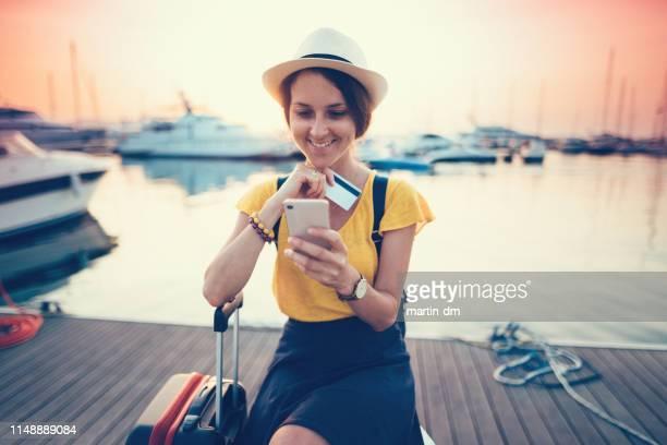 touristenäugerin shopping online - passagier wasserfahrzeug stock-fotos und bilder