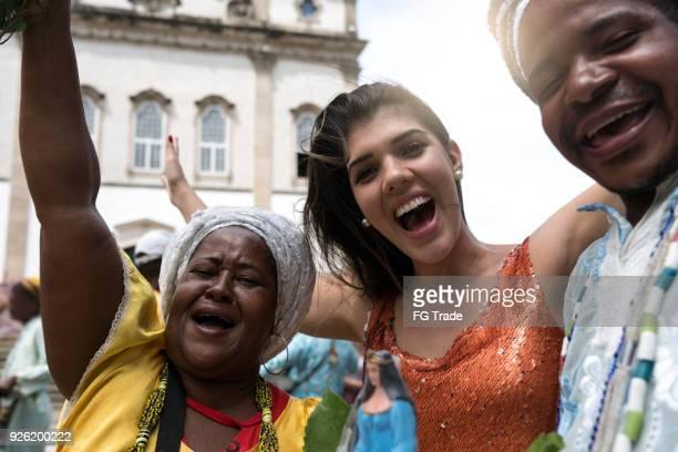 turismo mujer tomando un selfie con gente religiosa brasileña local - cartagena colombia fotografías e imágenes de stock