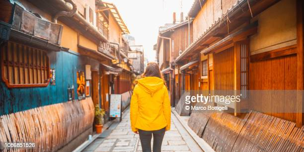 tourist woman walking in gion district, kyoto, japan - ostasien stock-fotos und bilder