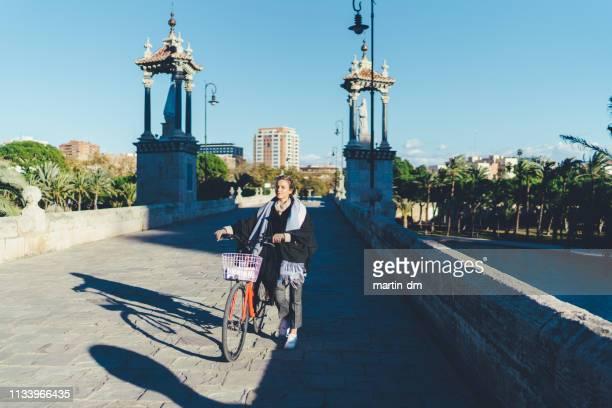 turista mujer con bicicleta explorando valencia - valencia fotografías e imágenes de stock