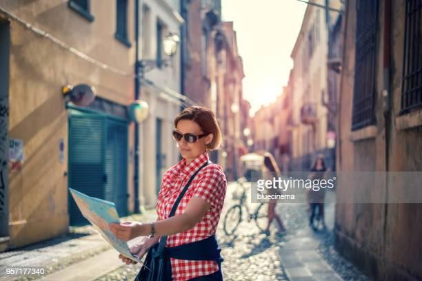 Mujer de turismo con el mapa de la ciudad