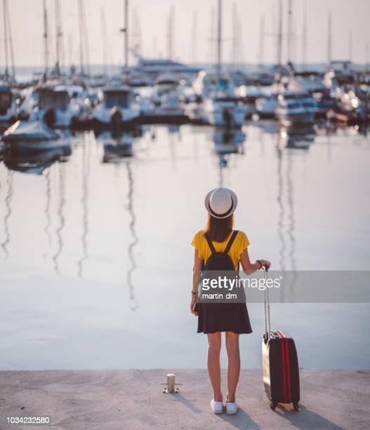 femme de touriste avec valise à la main de marina pour croisière voyage - navigation de plaisance photos et images de collection