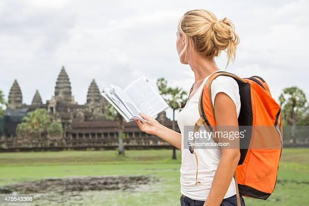 Tourist-Frau mit Reise-Ratgeber in Kambodscha