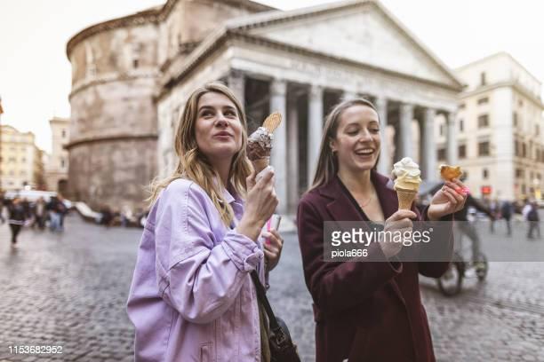 las mujeres turísticas que comen helado en roma - roma fotografías e imágenes de stock