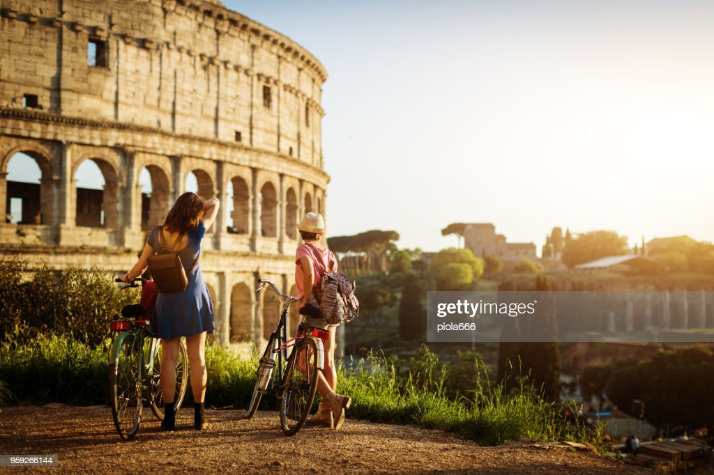 Tourist women in Rome: by the Coliseum : Foto stock