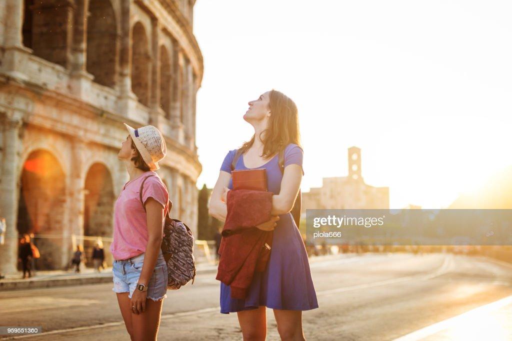 Touristischen Frauen in Rom: durch das Kolosseum : Stock-Foto