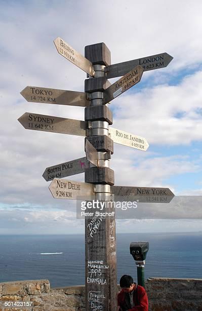 Touristen am Wegweiser am 'Cape Point' Nationalpark am Kap der Guten Hoffnung bei Kapstadt Südafrika Afrika Reise NB DIG PNr 1299/2005