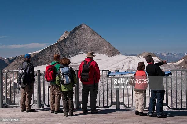 Touristen auf der PanoramaTerasse auf den Gefrorenen Wandspitzen auf dem Hauptkamm der Tuxer Alpen in Tirol in Österreich Im Hintergrund der 3476...