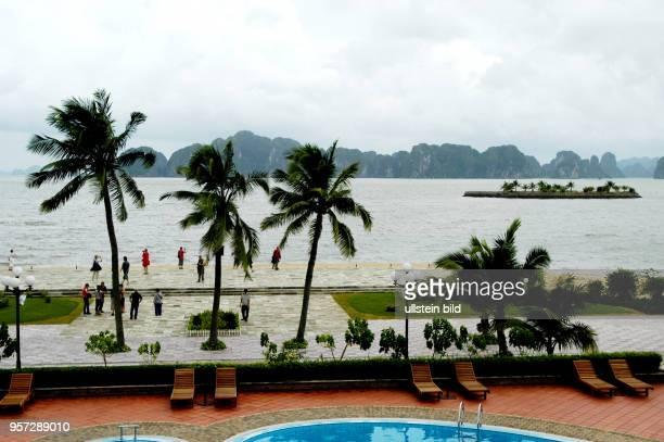 Touristen auf der Strandpromenade der Insel Tuan Chau in der HalongBucht aufgenommen im Oktober 2008 Die am Südchinesischen Meer im Norden von...