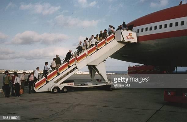 Touristen besteigen ein Flugzeug der spanische Fluglinie 'Iberia' ohne Jahr