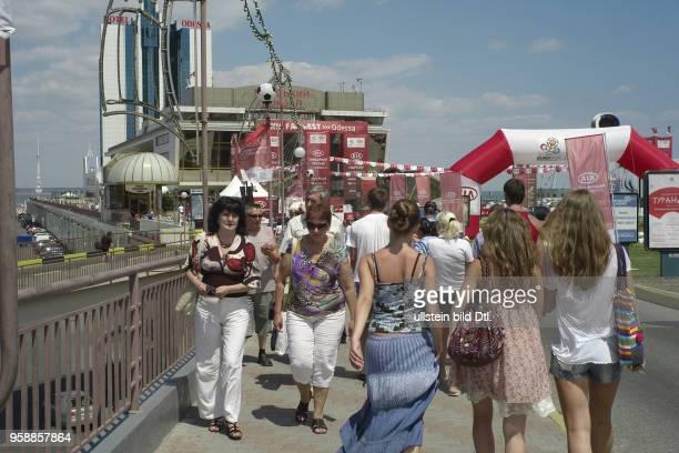 Touristen besuchen waerend der Euro 2012 in Odessa einen Stand des Autoherstellers Kia