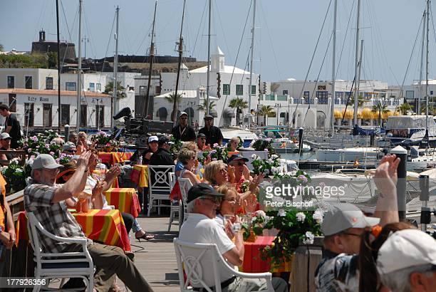 "Touristen, dahinter ZDF-Mitarbeiter, ZDF-Show ""Die Frühlingsshow"" , Yachthafen Marina Rubic—n, ""Lanis Grill"", Playa Blanca, Insel Lanzarote,..."