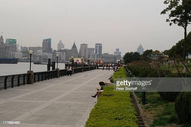 Touristen Einheimische Uferpromenade Blick auf Prachtstraße Bund Huangpu Fluss Stadtteil Pudong Shanghai China Asien Skyline Promenade Bauwerk...