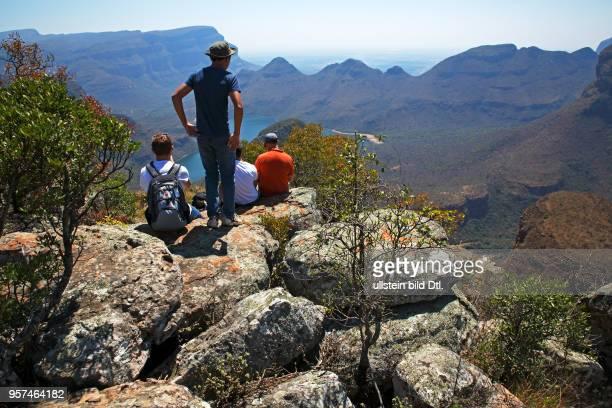 Touristen schauen in den Blyde River Canyon, Panorama Route, Provinz Mpumalanga, Republik Südafrika