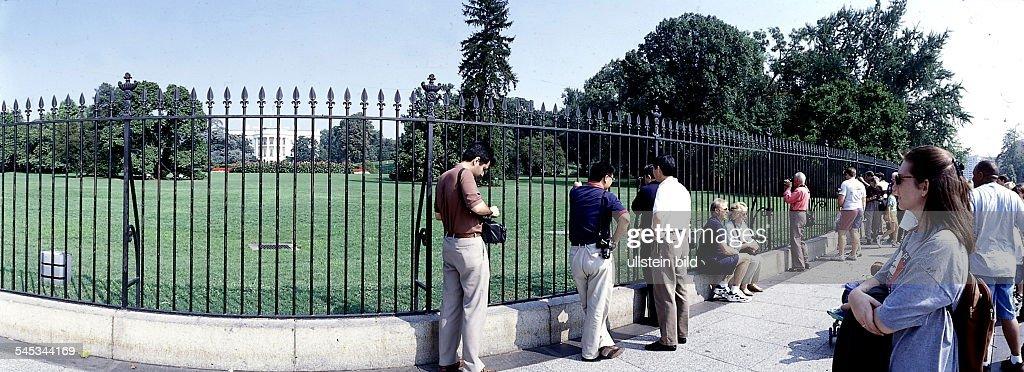 Touristen Vor Dem Zaun Vor Demweissen Haus News Photo Getty Images