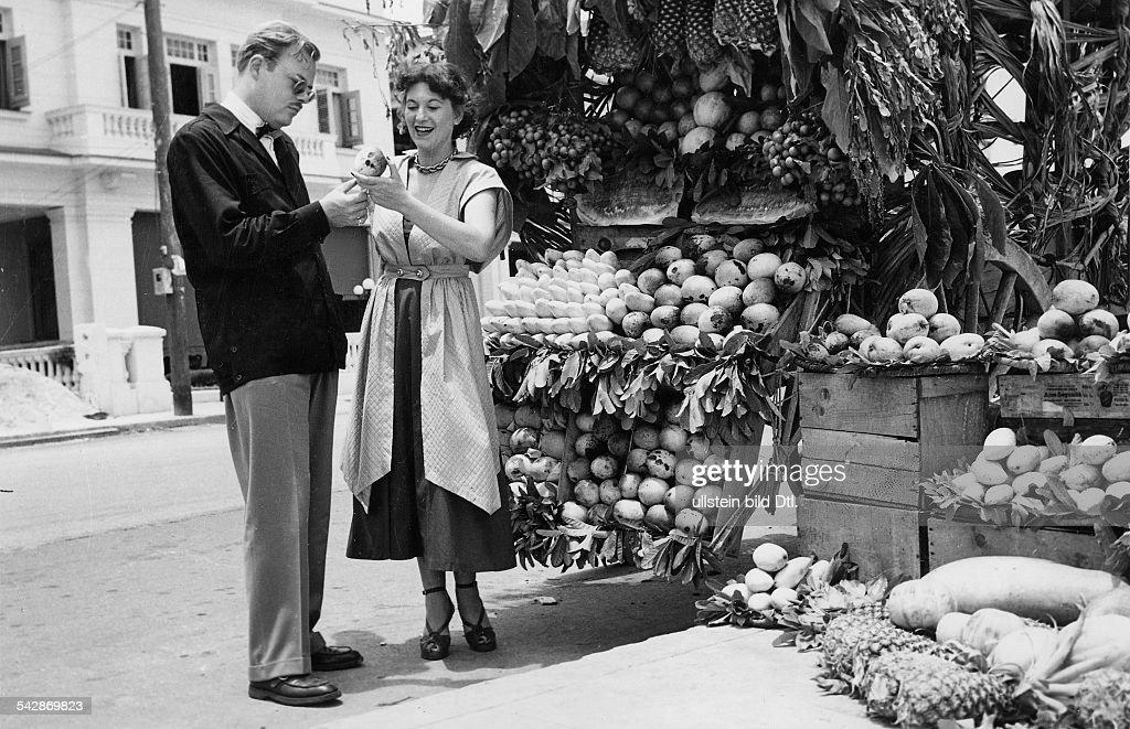 Touristen vor einem Obststand mit tropischen Früchten auf dem Markt in Havanna, Kuba- 1956