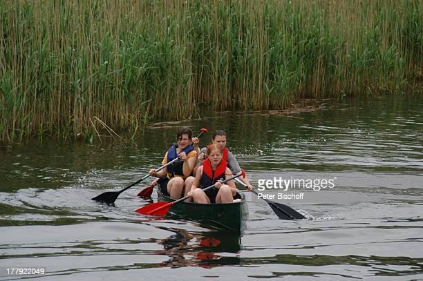 Touristen-Kanu auf Kanal zwischen P l a u e r S e e und F l e e s e n s e e, Mecklenburgische Seenplatte, Mecklenburg-Vorpommern, Deutschland,...