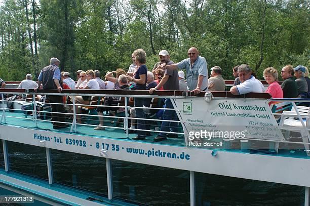 TouristenSchiff Fleesensee auf Kanal zwischen P l a u e r S e e und F l e e s e n s e e Mecklenburgische Seenplatte MecklenburgVorpommern Deutschland...