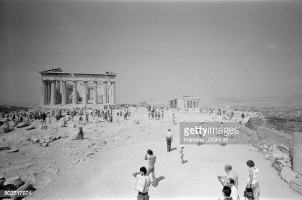 Touristes au Parthénon à Athènes en août 1978 en Grèce
