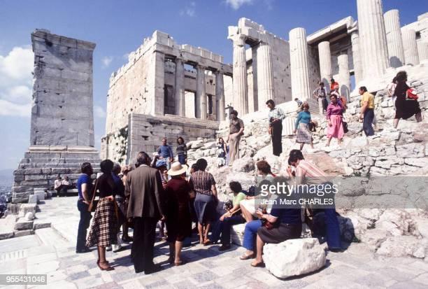Touristes devant les Propylées sur l'Acropole d'Athènes Grèce