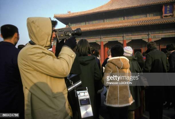 Touristes prenant des photos dans la Cité Interdite en janvier 1978 à Pékin Chine