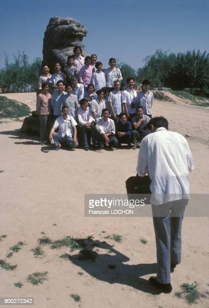 Touristes sur le site historique de Wuzi Jian en septembre 1980 en Chine.