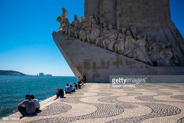 Touristes sur les docks au bord du Tage devant le monument des Découvertes le 29 mars 2017 Lisbonne Portugal