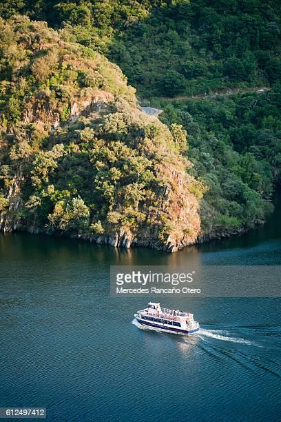 touristic boat in river sil, ribeira sacra area, galicia, spain. - riverbank fotografías e imágenes de stock